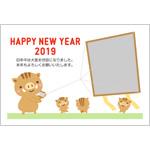 年賀状2019無料テンプレート「凧揚げをする猪の親子の写真フレーム」